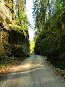 Sziklafalak között vezet az út