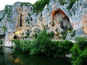 Út a sziklafalba vájva