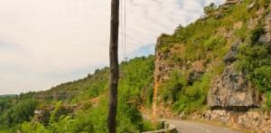 Karszt hegységben vezet az út