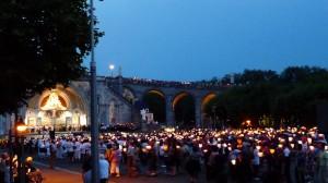 Több ezer gyertya emlékeztet a csodákra esténként.