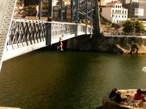 Hídról ugráló gyerekek