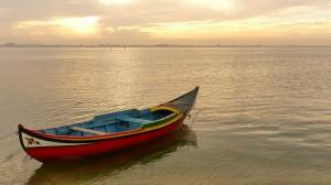 Halászhajó az öbölben Sao Jacintó-nál