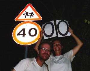 """A közlekedési táblák értelmezése fentről lefelé: """"Vigyázz, gyalogos pár 4000km-en túl!"""""""